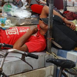 Le repos d'un chauffeur de tuk-tuk