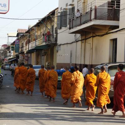 Procession des moines dans les rues de Battambang