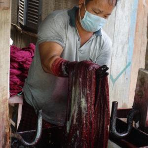 Teinture des fils de coton (qui serviront à réaliser des kramas)