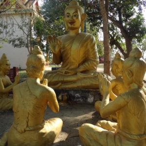 Dans la cour du monastère à Battambang