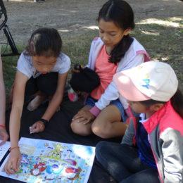 Les filles trouvent les solutions de ce jeu de dessins et de gommettes