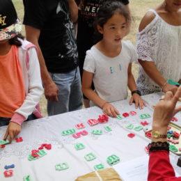 Les enfants cherchent à faire des mots...